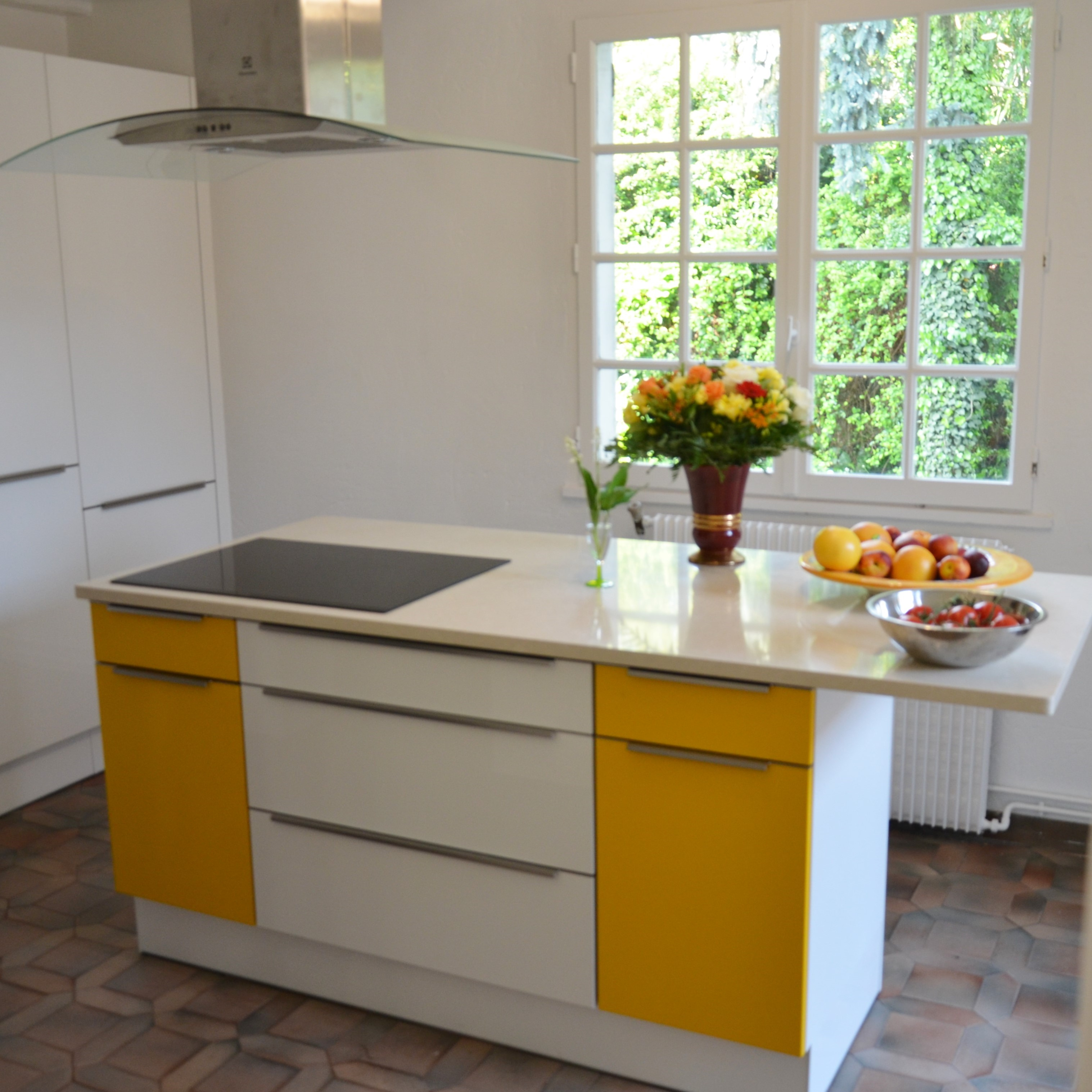 ilot cuisine sur mesure cuisine espace vivre avec lot central fonctionnel en corian armoire de. Black Bedroom Furniture Sets. Home Design Ideas